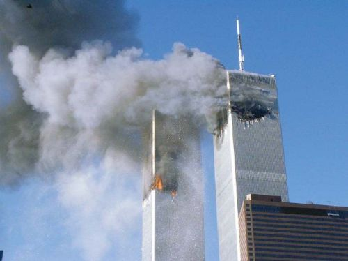 Twin_towers_in_fire_-_911-_fem